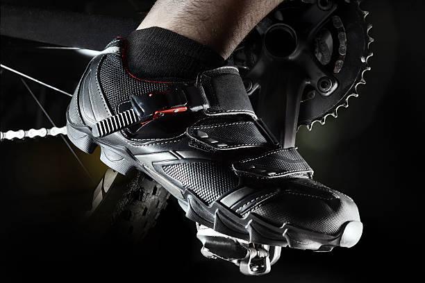 calzado de montaña - pedal fotografías e imágenes de stock
