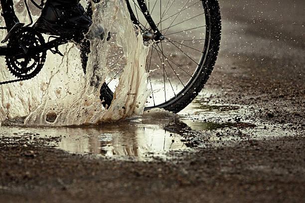 VTT éclabousser en Flaque de boue sur route - Photo