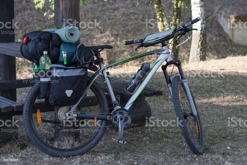 Bicicleta de montaña con alforjas en el día de verano. - foto de stock