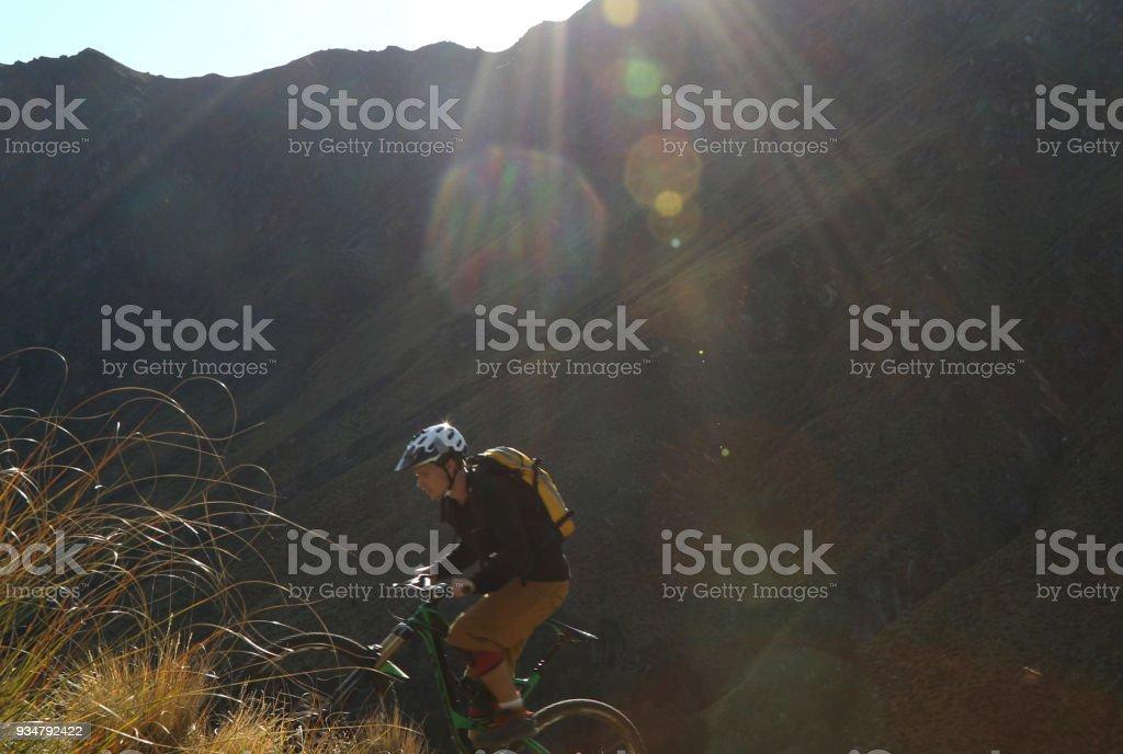 산악 자전거는 가파른 언덕 올라가 요 - 로열티 프리 25-29세 스톡 사진