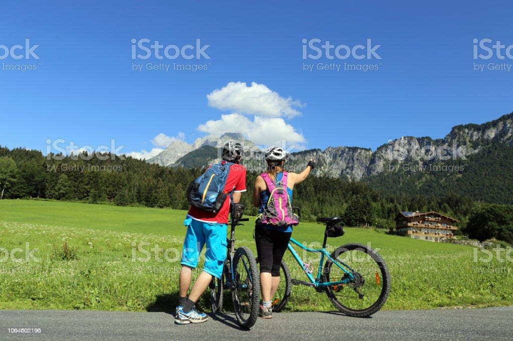 Mountainbiker genießen das Bergpanorama – Foto