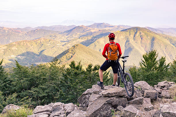 Mountain biker looking at view in autumn mountains – Foto