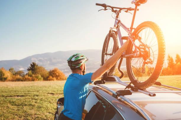 Mountainbiker Mann nimmt sein Fahrrad vom Autodach – Foto