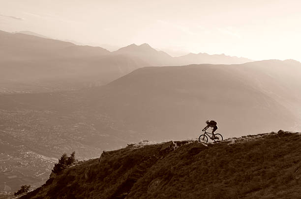 Mountainbiker auf Weg bei Sonnenuntergang – Foto