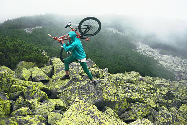 mountainbiker auf dem gipfel. - fahrradträger stock-fotos und bilder