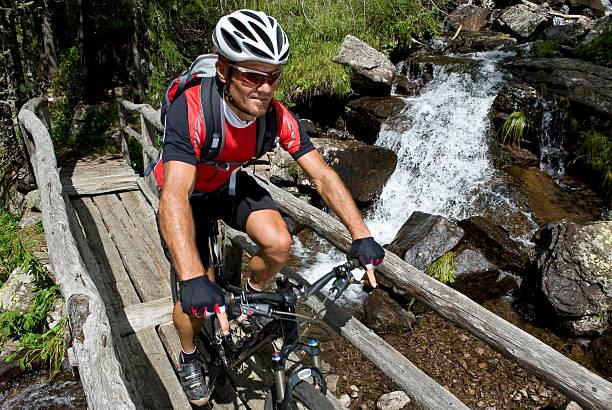 Mountainbiker auf der Holz-Brücke – Foto