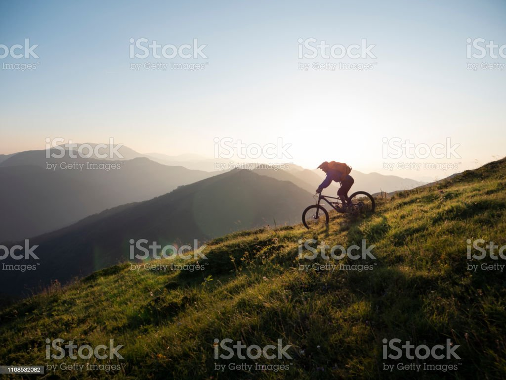 Mountain Biker rijden Downhill - Royalty-free Actieve levenswijze Stockfoto