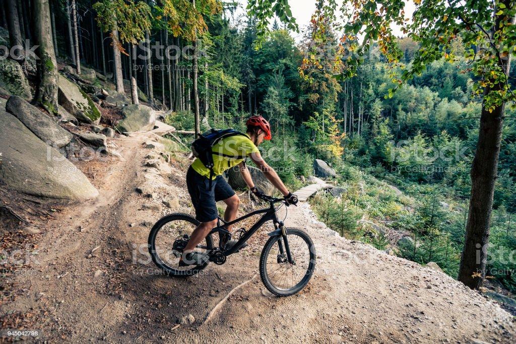 Mountainbiker fahren Fahrrad auf Waldweg Schmutz – Foto