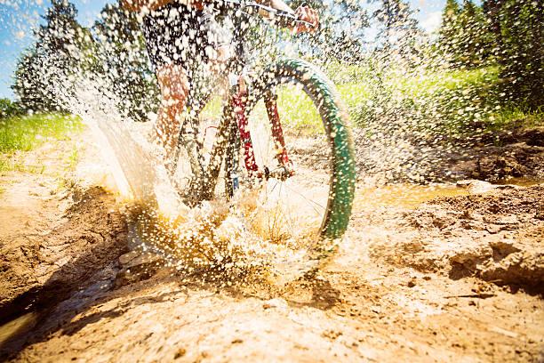 VTT Équitation à travers une sale Flaque - Photo