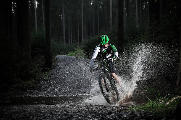 VTT roulent à travers la forêt stream. - Photo