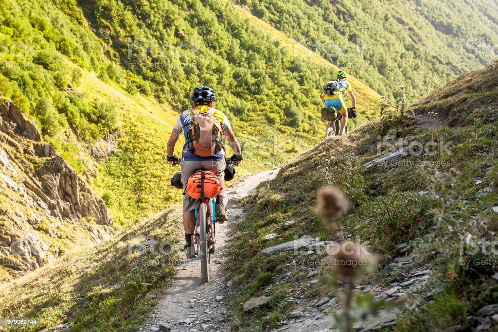 Mountainbiker sind im Hochland von Tuscheti Region, Georgien Reisen. - Lizenzfrei Abenteuer Stock-Foto