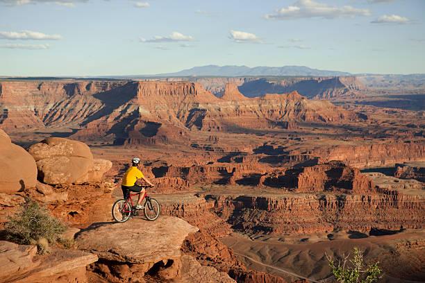 mountain biking in canyonlands national park, moab, utah - moab utah stockfoto's en -beelden