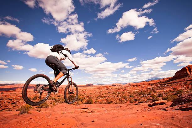 mountain biking in utah - moab utah stockfoto's en -beelden