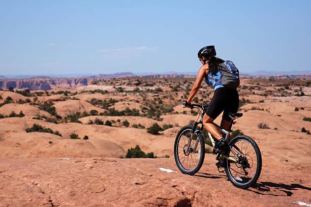 mountain biking - moab utah stockfoto's en -beelden