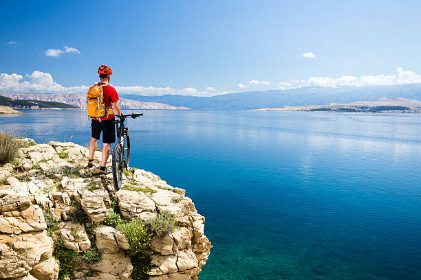 Mountain biking rider looking at inspiring sea and mountains – Foto