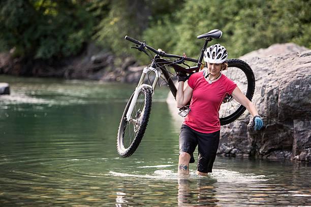 mountainbiken frau in den bergen der westlichen usa. - fahrradträger stock-fotos und bilder