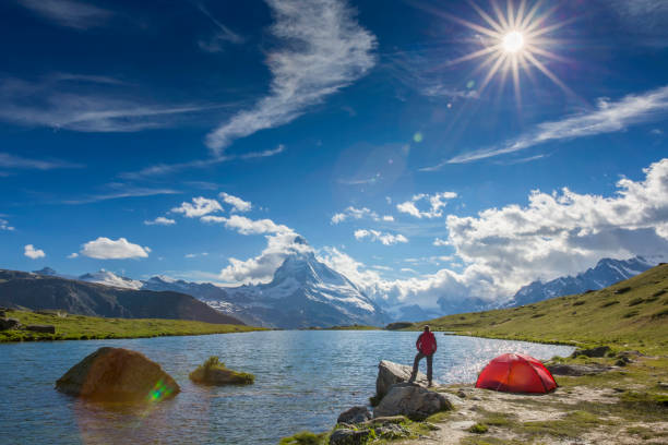 berg camping am sonnigen tag mit blick aufs matterhorn - kanton schweiz stock-fotos und bilder