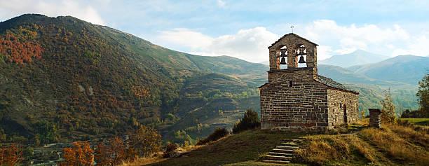 góra kościół w pyrenees - lleida zdjęcia i obrazy z banku zdjęć