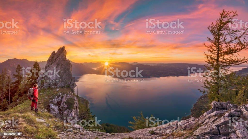 Bergsteiger bei Sonnenuntergang mit Blick auf den Attersee von Schober - Sonnenuntergang am Mount Schoberstein – Foto