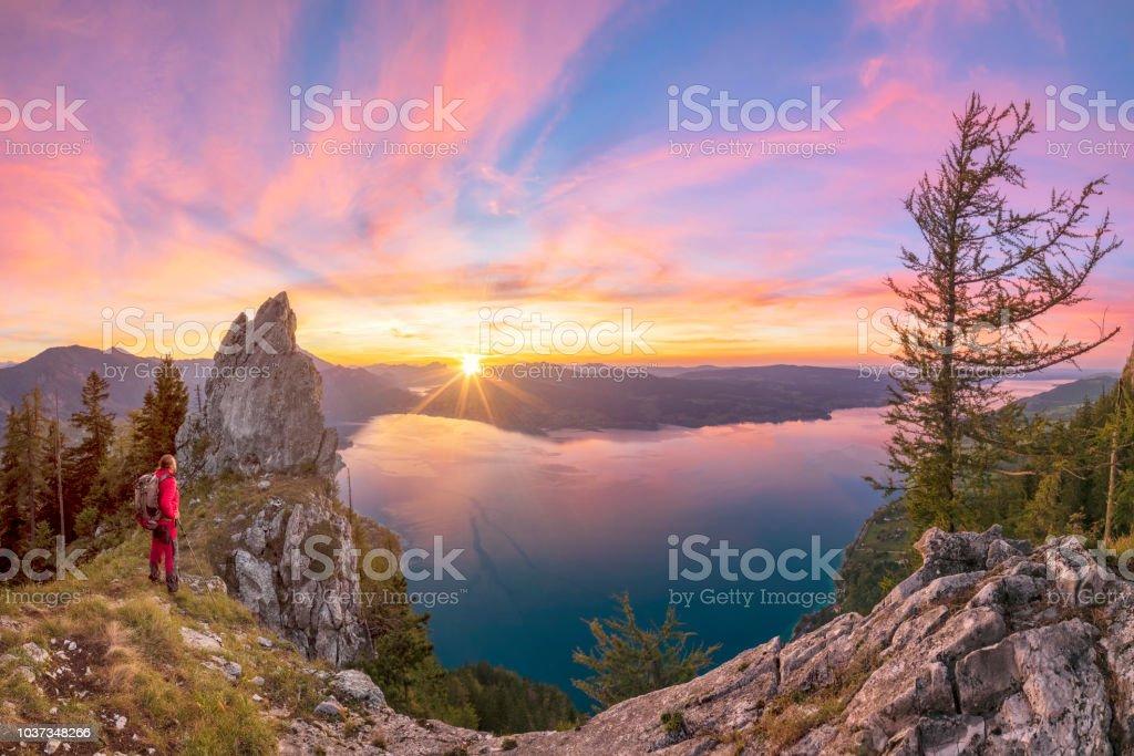 Bergsteiger bei Sonnenuntergang mit Blick auf den Attersee von Schober - Sonnenuntergang am Mount Schoberstein, Alpen – Foto