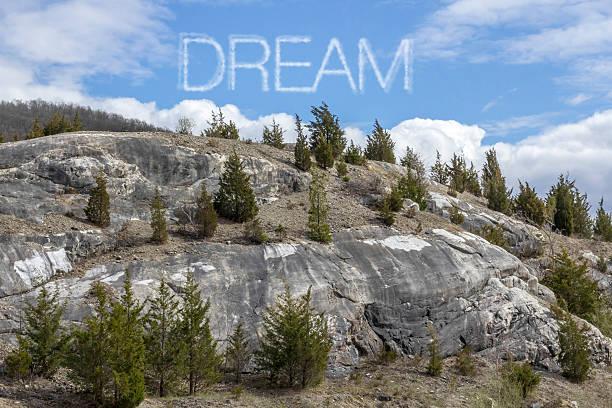 berg wolken dream - schrift am himmel stock-fotos und bilder