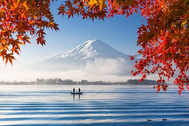 山藤と湖での朝の霧の秋 ストックフォト