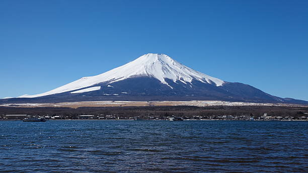 山藤と湖 yamanakako 冬季 - yamanaka lake ストックフォトと画像