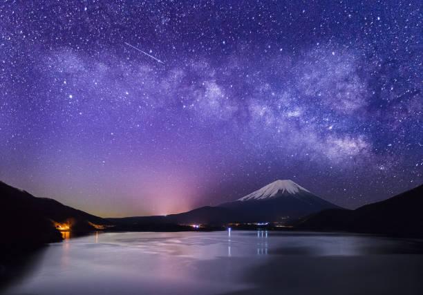 山富士山と冬の本栖湖で ストックフォト