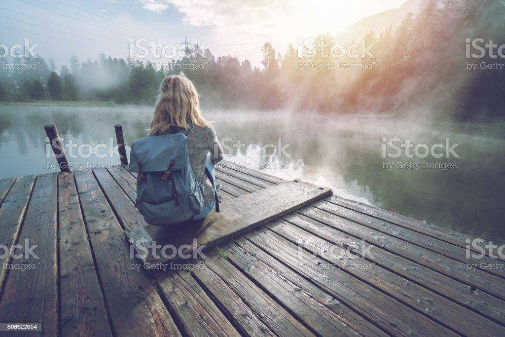 Berg-Mädchen genießen Morgennebel vom See Pier, aufgehende Sonne – Foto