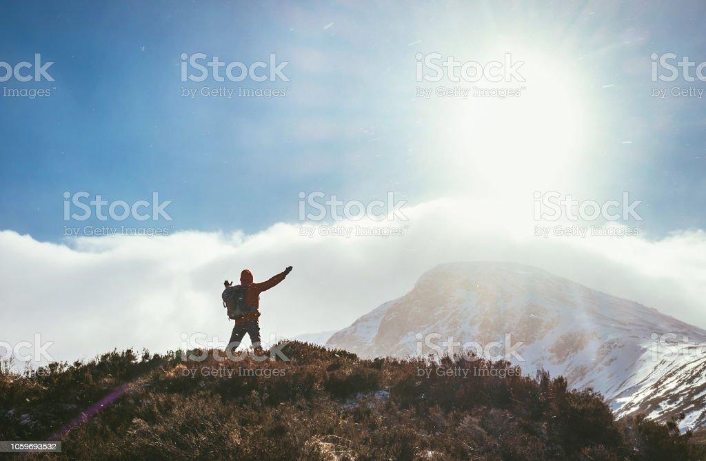 Gruß an die Sonne in Highland Mountain-Wanderer – Foto