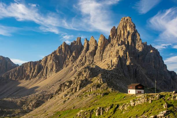 Berghütte in Dolomiten, Italien am sonnigen Sommertag – Foto