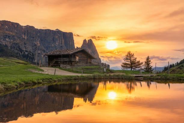 bergsee auf mount schlern, alpen, südtirol - seiser alm stock-fotos und bilder