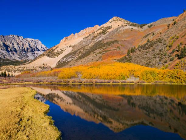 Bergsee in Herbstfarben – Foto