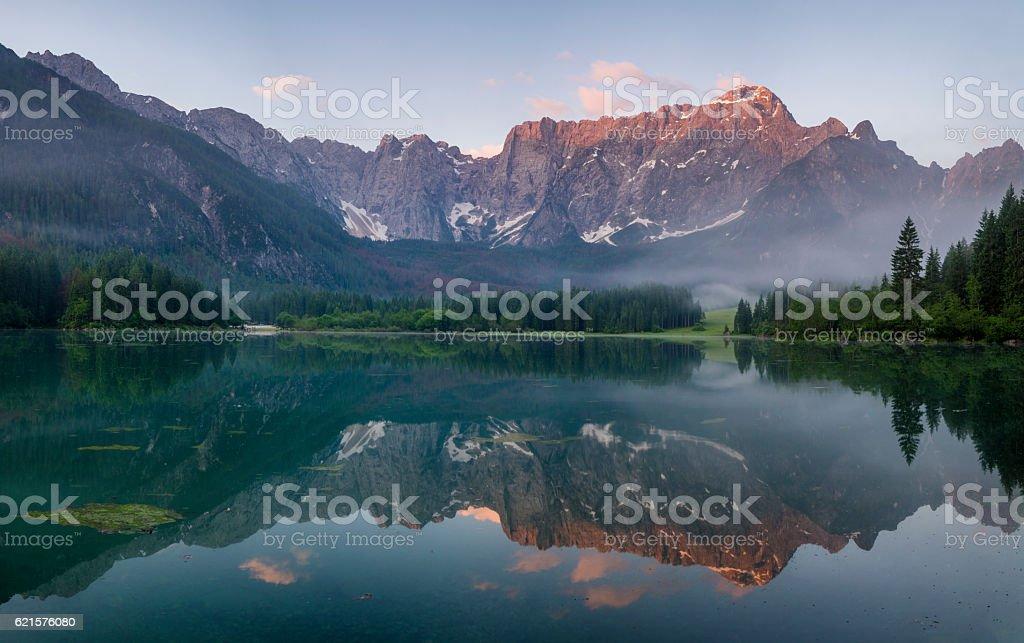 Lac de montagne dans les Alpes italiennes photo libre de droits