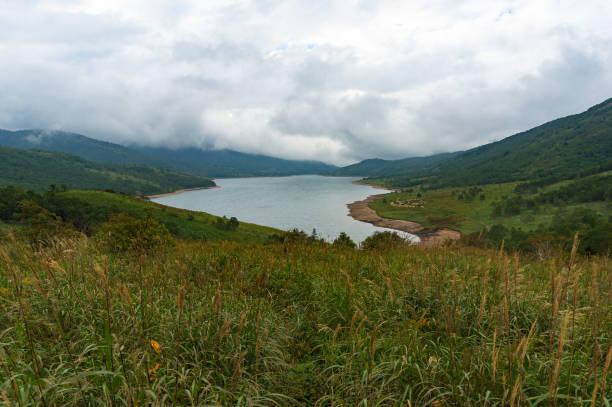 Paysage de montagne lac sur journée nuageuse - Photo