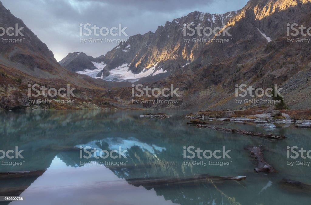 Mountain lake on a background of autumn snow capped mountains photo libre de droits