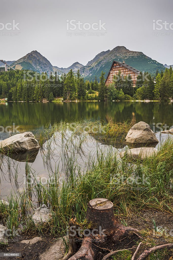 Mountain Lake under Peaks royaltyfri bildbanksbilder