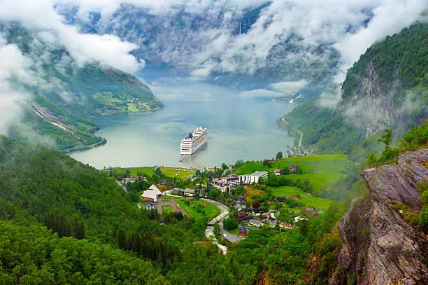 Lac de montagne avec bateau - Photo