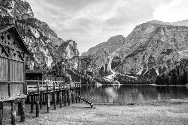 lac de montagne maison en bois - mont baker photos et images de collection