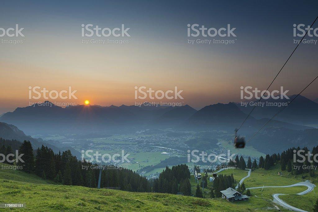 Paisaje de montaña al amanecer en austria foto de stock libre de derechos
