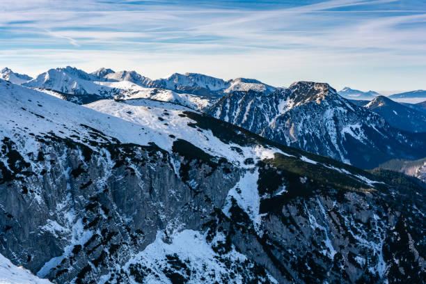 Erken kış manzarasıdağ manzarası. Batı Tatras'ın karla kaplı zirvelerinin manzarası. stok fotoğrafı