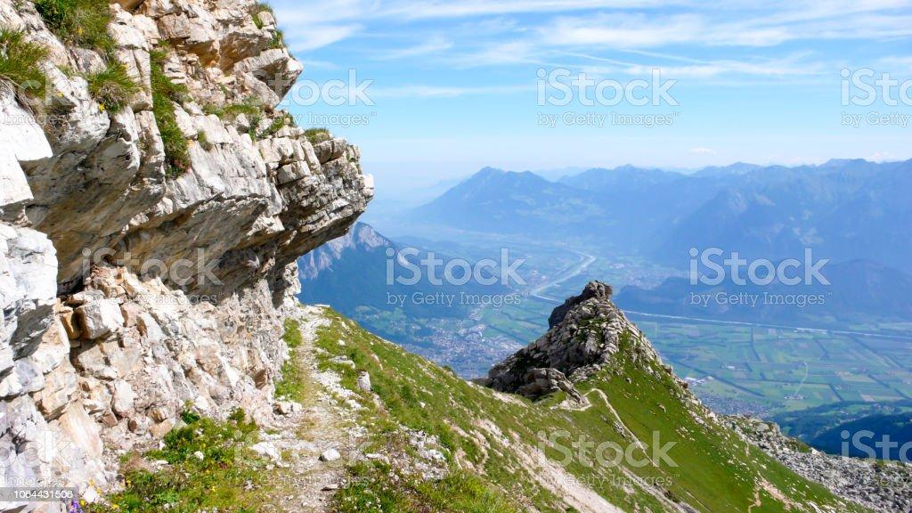 Berglandschaft in den Schweizer Alpen mit einen tollen Blick auf das Rheintal und ein Wanderweg im Vordergrund – Foto