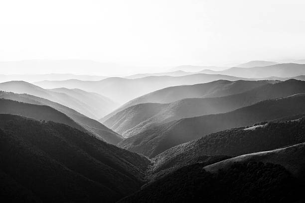paesaggio di montagna - bianco e nero foto e immagini stock