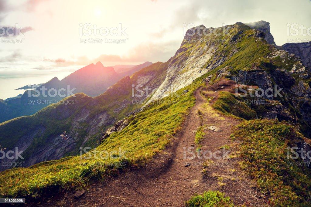 Berglandschaft mit Sonnenlicht. Schöne Natur Norwegens. Rande eines Berges – Foto