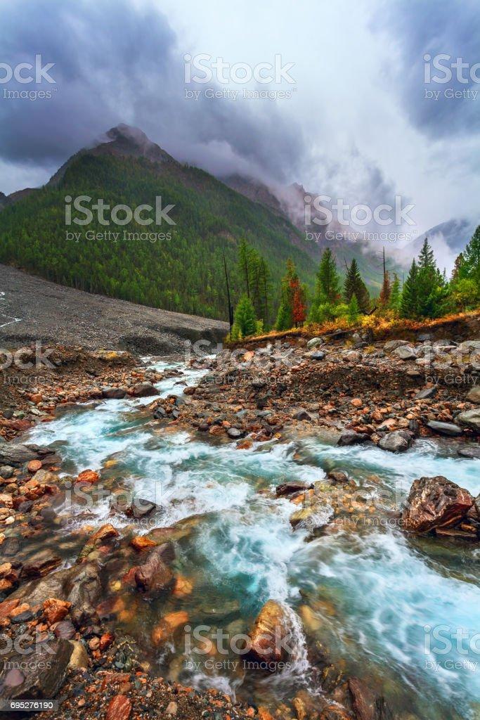 Berglandschaft mit dem Fluss. Düsteren Regenwetter – Foto