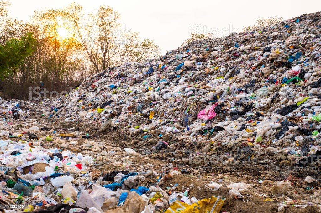 Montagne grand tas de déchets et la pollution, pile de puanteur et de résidus toxiques, ces ordures proviennent de zones urbaines et industrielles ne peuvent pas se débarrasser de la société de consommation cause des déchets massifs photo libre de droits
