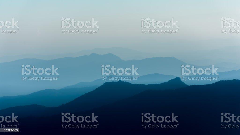Mountain layer in morning winter fog. photo libre de droits