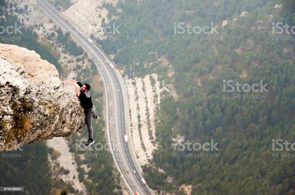 Concepto de éxito de hombre de montaña en alta roca - foto de stock