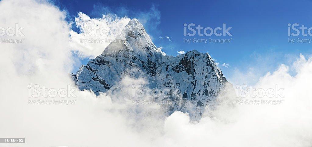 mountain mist wachsender beeindruckende Berg Ama Dablam panorama Himalajagebirge Nepals – Foto