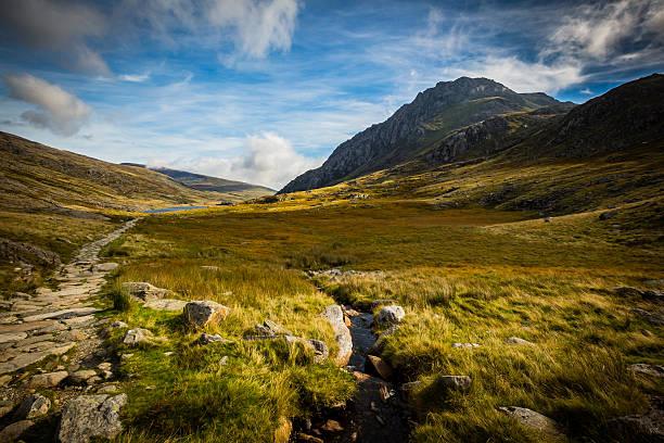 mountain path leading to lake at Cwm Idwal, Devils Kitchen - foto de stock